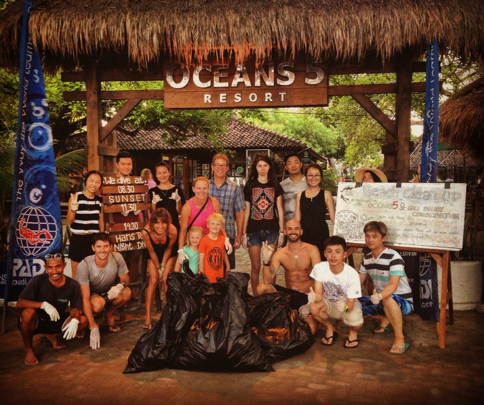 Gabriele Bonfa, a PADI Instructor brings together tourists to take responsibility for the rubbish they are creating.
