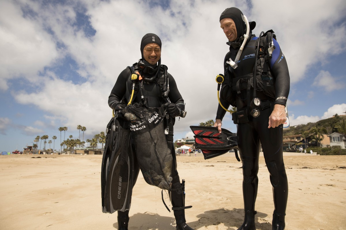 image of divers on the beach